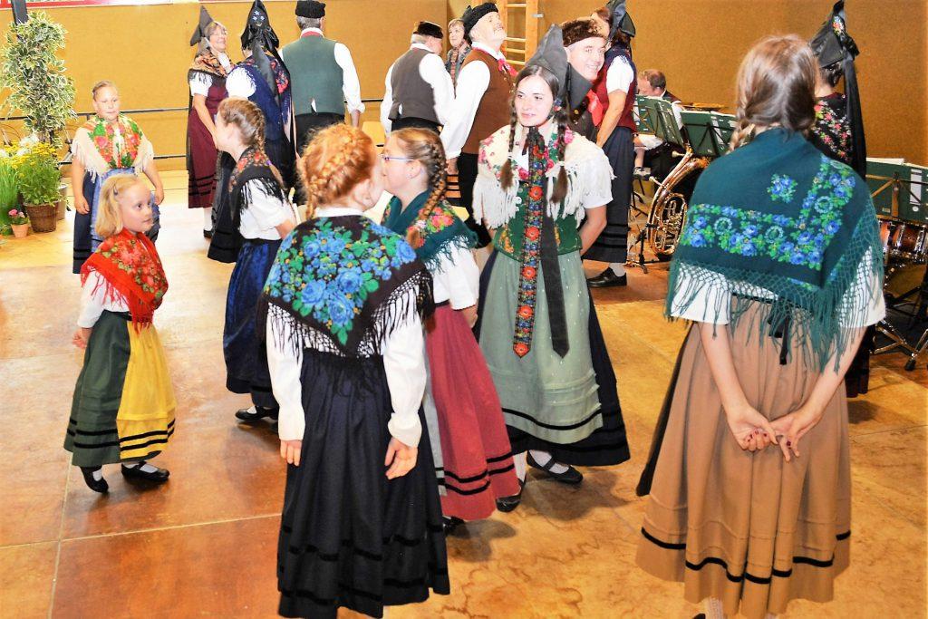 Groß und klein tanzen gemeinsam zur Freude der Senioren